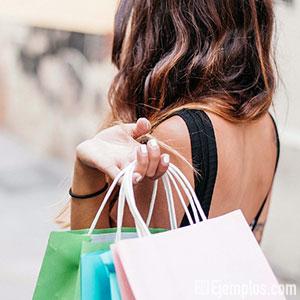 Mujer comprando o adquiriendo